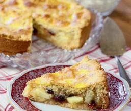 Gedeckter Apfelkuchen mit Cranberrys oder Rosinen